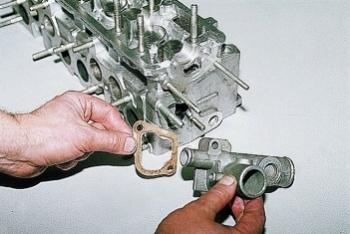 Головка блока цилиндров снятая вместе с прокладкой