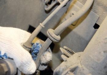 Извлечение тормозных шлангов из кронштейна на стойке