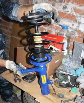 Новая стойка в сборе - стяжки пружин сняты