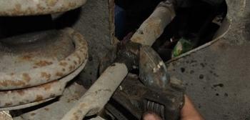 Откручиваем палец от рулевой тяги