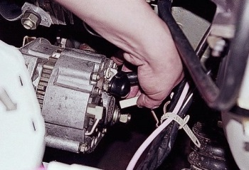 Откручивание болтов генератора ВАЗ