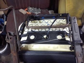 Провода для нагревательных элементов в нижней части сидения